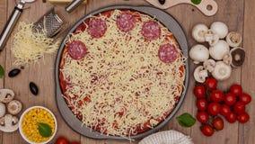 Draufsicht der Herstellung einer Pizza - stoppen Sie Bewegungsanimation, dreht sich Kamera und z stock footage