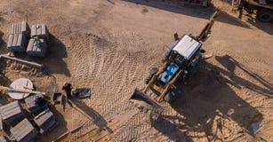 Draufsicht der industriellen Bodenverdichtermaschine lokalisierte Beschaffenheit und arbeitete und stellt neue Stra?e her lizenzfreie stockbilder