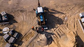 Draufsicht der industriellen Bodenverdichtermaschine lokalisierte Beschaffenheit und arbeitete und stellt neue Stra?e her lizenzfreie stockfotografie
