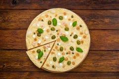 Draufsicht der italienischen Meeresfrüchtepizza am hölzernen Hintergrund Stockfotos
