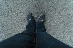 Draufsicht der Jeans und der Turnschuhe stockfoto