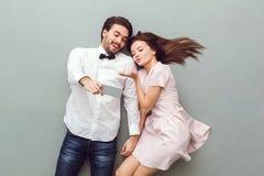 Draufsicht der jungen Paare über den grauen Hintergrund, der selfie Fotos macht lizenzfreie stockfotos