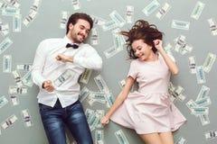 Draufsicht der jungen Paare lokalisiert auf grauen Hintergrundreichleuten stockbilder