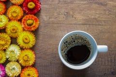 Draufsicht der Kaffeetasse auf Holztischhintergrund mit buntem lizenzfreies stockbild