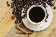 Draufsicht der Kaffeetasse und der Kaffeebohnen Stockfotos