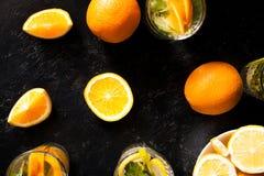Draufsicht der kalten delicous Orangeade in den Gläsern nahe bei organischen Früchten lizenzfreie stockbilder