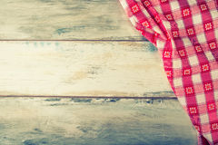 Draufsicht der karierten Serviette auf Holztisch lizenzfreies stockbild
