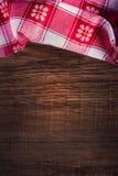 Draufsicht der karierten Serviette auf Holztisch Stockbild