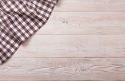 Draufsicht der karierten Tischdecke auf weißem Holztisch Stockfoto