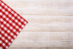Draufsicht der karierten Tischdecke auf weißem Holztisch Stockbilder