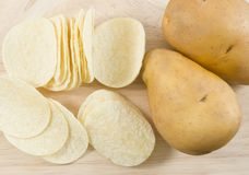 Draufsicht der Kartoffel-Knolle und der Kartoffelchips oder der Chips Lizenzfreie Stockbilder