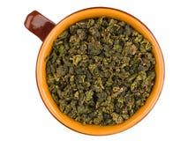Draufsicht der keramischen Schale mit trockenen grünen Teeblättern stockfotos