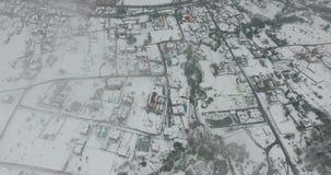 Draufsicht der kleinen schneebedeckten Stadt Schattenbild des kauernden Geschäftsmannes stock video