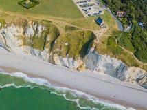 Draufsicht der Kreideklippen und der Kirche von Etretat Etretat, Normandie, Frankreich Luftbrummenfoto lizenzfreie stockfotos
