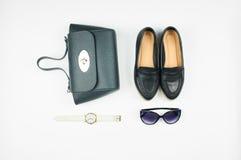 Draufsicht der Ledertasche, der Schuhe, der Sonnenbrille und der Uhr Stockfotos