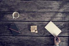 Draufsicht der männlichen Hand Anmerkungen auf einem leeren Blatt Papier machend Stockfoto