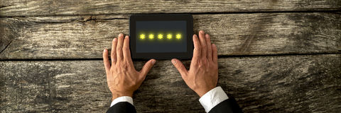 Draufsicht der männlichen Hand digitale Tablette mit goldenem St. fünf halten Lizenzfreie Stockfotografie