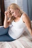 Draufsicht der müden Frau auf Bett stockfotos