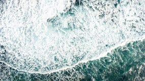 Draufsicht der Meereswogen, die gegen das felsige Ufer zusammenstoßen stockbilder