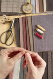 Draufsicht der nähenden Tabelle mit Geweben, Versorgungen für Hauptdekor oder steppendes Projekt und Frau ` s Hand Stockfotos
