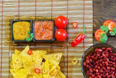 Draufsicht der Nachos mit Tortilla-Chip-Tomatensalsa und -senf auf rustikalem hölzernem Hintergrund Ein strukturierter Hintergrun Lizenzfreie Stockfotografie