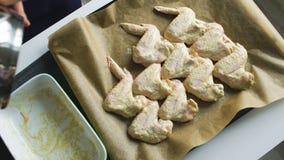Draufsicht der Nahaufnahme von den Frauenkochhänden, die in Servierplatte gesetzt werden, chiken Flügel in der Küche zu Hause stock footage