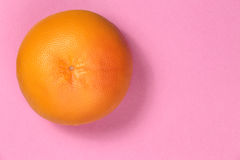 Draufsicht der Pampelmuse auf einem rosa Hintergrund Lizenzfreies Stockbild