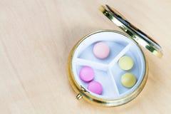 Draufsicht der Pillenschachtel mit Rosa und gelben Pillen lizenzfreies stockfoto