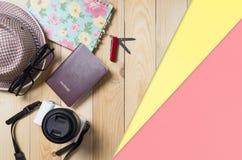 Draufsicht der Reisezusätze und -geräte flatlay auf hölzernem Hintergrund lizenzfreie stockfotografie