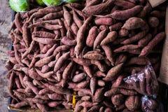 Draufsicht der rohen Süßkartoffeln am Markt Lizenzfreie Stockbilder