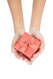 Draufsicht der roten Geschenkbox mit rotem Band in der Hand Stockfoto