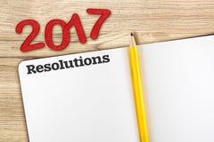 Draufsicht der roten Zahl von 2017 Beschlüsse mit offenem Notizbuch des freien Raumes Stockfotografie