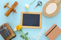 Draufsicht der Sammlung Gegenstände über blauem Holztisch Stockbilder