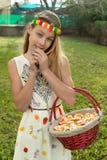 Draufsicht der schönen jungen Frau mit Süßigkeiten bedeckte ihre Augen, die einen Lutscher beim Lügen auf Süßigkeiten halten Lizenzfreie Stockbilder