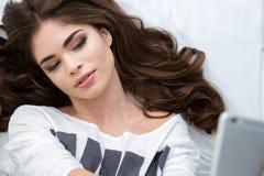 Draufsicht der schönen Lügenfrau, die selfie mit Smartphone nimmt lizenzfreies stockfoto