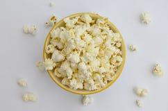 Draufsicht der Schüssel geknallten Popcorns Lizenzfreie Stockfotos