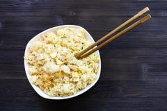 Draufsicht der Schüssel mit Fried Rice mit Essstäbchen lizenzfreie stockbilder