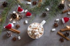 Draufsicht der Schale und der Eibische der heißen Schokolade gegen grauen Hintergrund mit Weihnachtsmotiv stockfotos