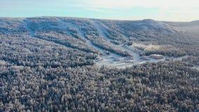 Draufsicht der Skibasis mit Steigungen auf Berg gesamtlänge Panorama von schneebedeckten Bergen mit Skisteigungen und -erholung stock video