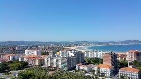 Draufsicht der Stadt durch das Meer mit einem großen Strand Lizenzfreie Stockfotos