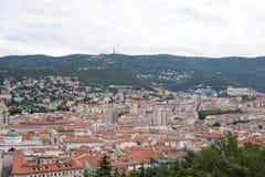 Draufsicht der Stadt mit Bergen Stockfotos