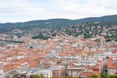 Draufsicht der Stadt mit Hügeln Stockfoto