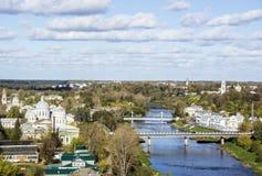 Draufsicht der Stadt Torzhok vom Fluss Twerza lizenzfreies stockbild