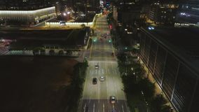 Draufsicht der Straße mit Autos und modernen Gebäuden in der großen chinesischen Stadt nachts schuß Nachtvogelperspektive des Sta stock video