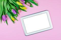 Draufsicht der Tablette und der Blumen Lizenzfreie Stockfotografie