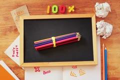 Draufsicht der Tafel, des Stapels Bleistifte und des zerknitterten Papiers Lizenzfreie Stockfotografie