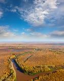 Draufsicht der Waldfluß im Herbst Stockfotografie