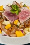 Draufsicht der Wanne verbrannte Thunfisch mit carmelized Zwiebeln und Mangosalsa Stockfoto