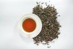 Draufsicht der weißen Tasse Tee mit getrocknetem Teeblatt Stockfotos