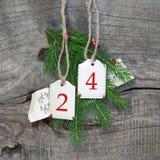 Draufsicht der Weihnachtsdekoration mit 24 auf hölzernem Hintergrund Stockbilder